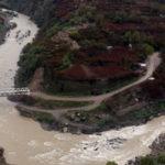 نمایی از آب جاری رودخانه سیروان