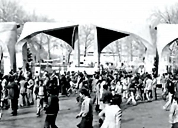 ورودی اصلی دانشگاه تهران − این نقطه از ایران شاهد بسیاری از حوادث تاریخی بوده است.