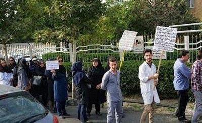 کارکنان بیمارستان خمینی کرج مدتهاست که به وضعیت بیمارستان و پرداخت نشدن حقوقشان اعتراض دارند. عکس صحنهای از یک تظاهرات کارکنان این بیمارستان در مهر ۱۳۹۷ است.