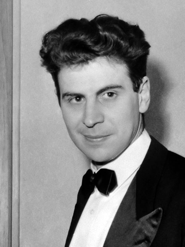 میکیس تئودوراکیس جوان، پاریس ۱۹۶۷، عکس از ویکیپدیا